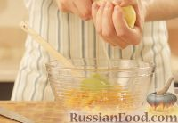 Фото приготовления рецепта: Творожная запеканка с курагой - шаг №6