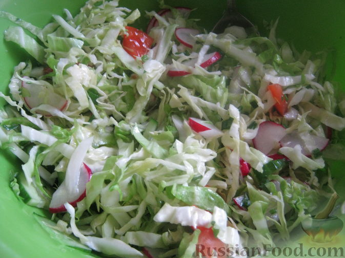 Рецепт Салат из молодой капусты, редиски и помидоров