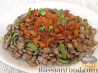 Фото к рецепту: Чечевица с грибами, маслом, томатом и луком