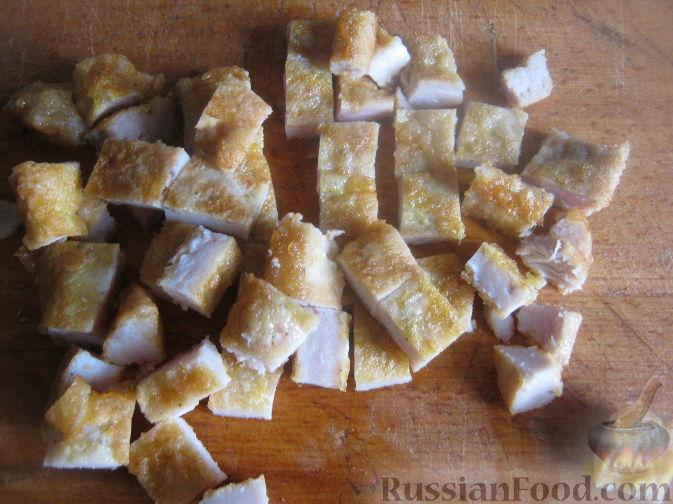 Фото приготовления рецепта: Рулетики из куриного филе, с сыром, беконом и маринованными огурцами - шаг №12