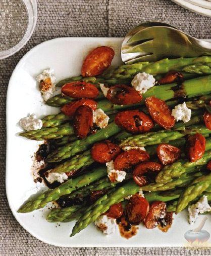 Рецепт Спаржа с жареными помидорами и козьим сыром