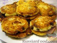 Фото к рецепту: Пышные сырники с изюмом