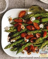 Фото к рецепту: Спаржа с жареными помидорами и козьим сыром