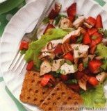 Фото к рецепту: Куриный салат с клубникой
