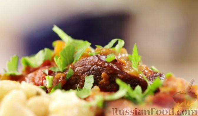 Рецепт Телячья голяшка, тушенная с помидорами и красным вином