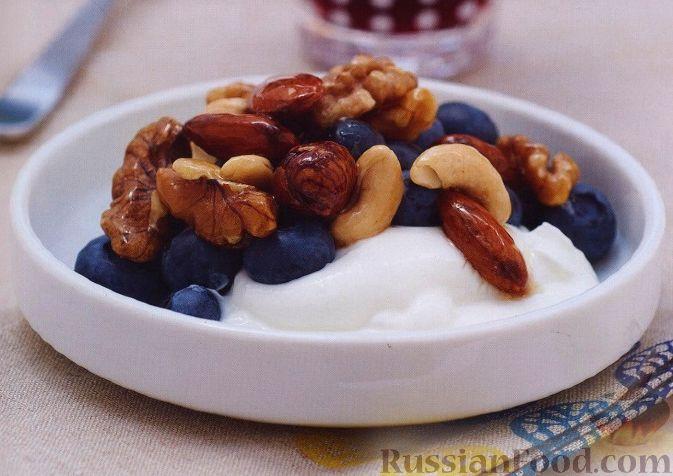 Рецепт Полезный завтрак из орехов, йогурта и черники
