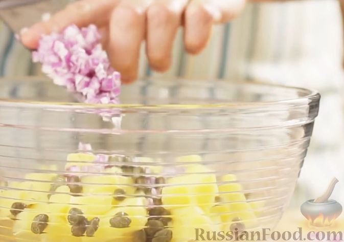Фото приготовления рецепта: Слоёный салат с копчёной курицей, маринованными шампиньонами и огурцами - шаг №2