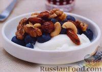 Фото к рецепту: Полезный завтрак из орехов, йогурта и черники