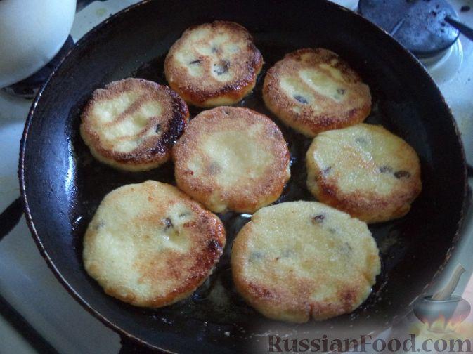 Фото приготовления рецепта: Киш с капустой и черносливом, в яично-сметанной заливке с сыром - шаг №18