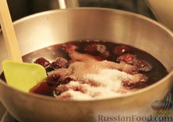 Фото приготовления рецепта: Блины с вишней в портвейне - шаг №3