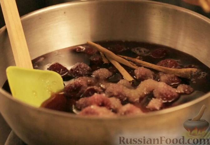 Фото приготовления рецепта: Блины с вишней в портвейне - шаг №4