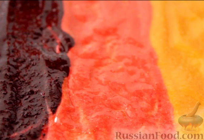 Фото приготовления рецепта: Пастила из абрикосов, клубники и черники - шаг №14