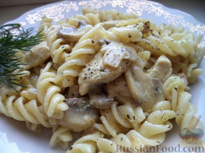 Рецепт Макароны с курицей под сливочным соусом с грибами