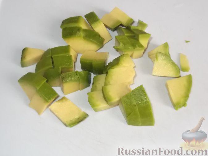 """Фото приготовления рецепта: Салат """"Праздничный"""" из креветок и авокадо - шаг №5"""