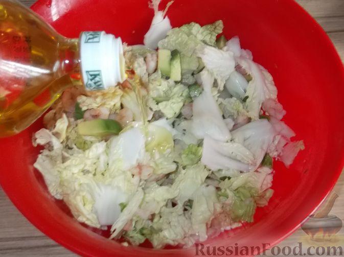 """Фото приготовления рецепта: Салат """"Праздничный"""" из креветок и авокадо - шаг №7"""