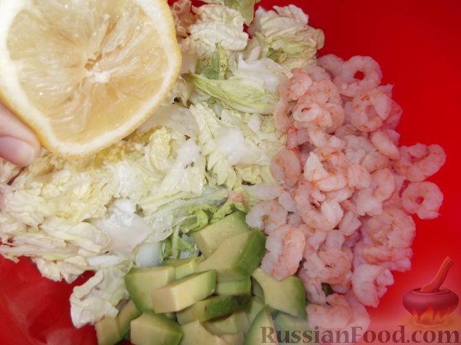 """Фото приготовления рецепта: Салат """"Праздничный"""" из креветок и авокадо - шаг №6"""