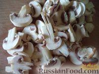 Фото приготовления рецепта: Макароны с курицей под сливочным соусом с грибами - шаг №4