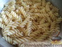 Фото приготовления рецепта: Макароны с курицей под сливочным соусом с грибами - шаг №9