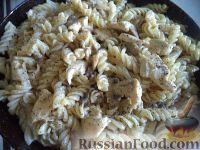 Фото приготовления рецепта: Макароны с курицей под сливочным соусом с грибами - шаг №11