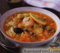 Фото к рецепту: Рыбный суп с оливками, солеными огурцами и каперсами