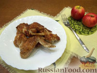 Фото к рецепту: Куриные крылышки, запеченные с яблоками