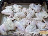Фото приготовления рецепта: Куриные крылышки, запеченные с яблоками - шаг №5