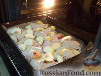 Фото приготовления рецепта: Куриные крылышки, запеченные с яблоками - шаг №8