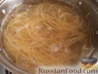 Фото приготовления рецепта: Спагетти с сыром и яйцами - шаг №6