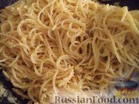 Фото приготовления рецепта: Спагетти с сыром и яйцами - шаг №13