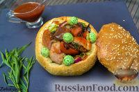 Фото к рецепту: Копченые рёбрышки, с овощами, в булке