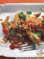 Фото к рецепту: Курятина с жареными помидорами, луком и оливками