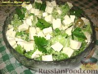 Фото к рецепту: Салат с брокколи, зеленым горошком и куриным филе