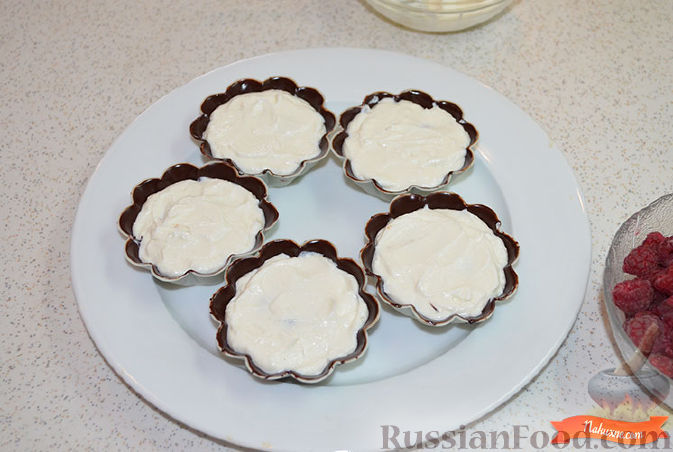 Фото приготовления рецепта: Творожок в шоколаде - шаг №6
