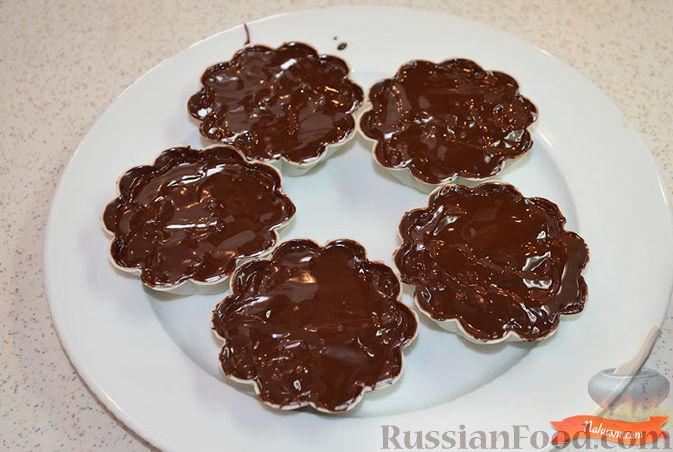 Фото приготовления рецепта: Творожок в шоколаде - шаг №7