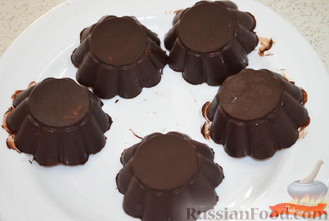 Фото приготовления рецепта: Творожок в шоколаде - шаг №8