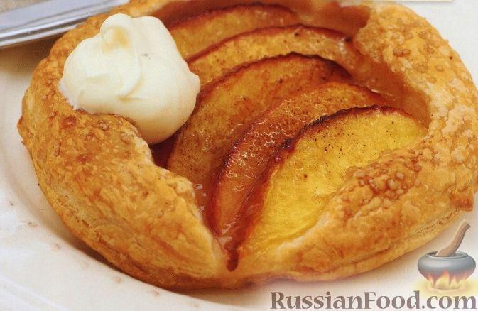 Фото приготовления рецепта: Пироги из слоеного теста с нектарином - шаг №4