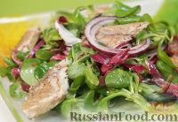 Фото к рецепту: Салат из зелени со скумбрией горячего копчения