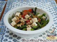 Фото к рецепту: Летний салат с зеленой стручковой фасолью, сыром фета и грецкими орехами
