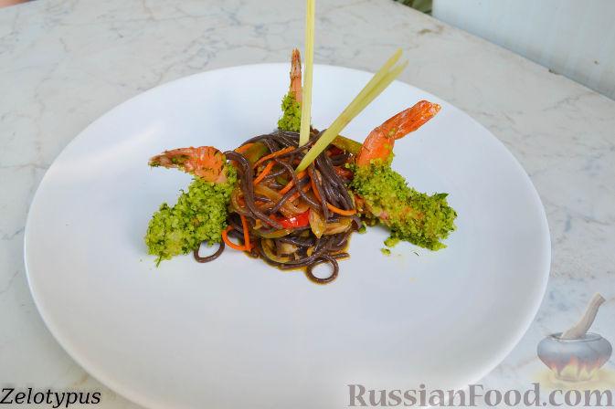 Рецепт Чёрная рисовая лапша с овощами и креветками в пармезане