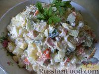 """Фото к рецепту: Салат """"Оливье"""" с колбасой и свежими огурчиками"""