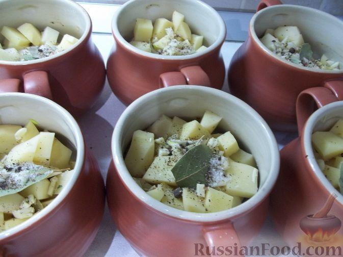 Фото приготовления рецепта: Свинина в горшочках - шаг №4