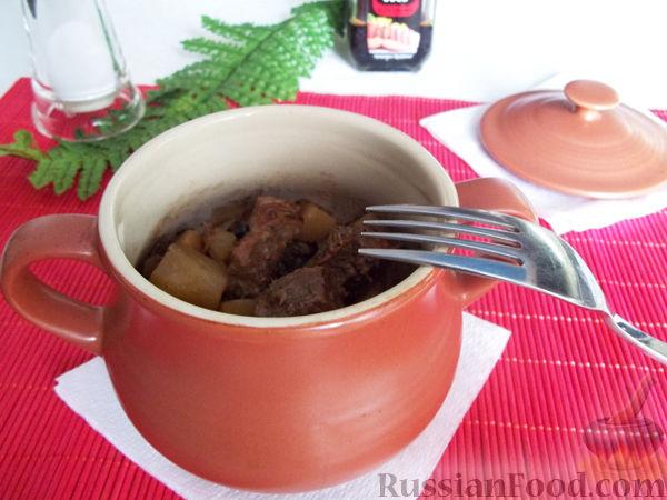 Фото приготовления рецепта: Свинина в горшочках - шаг №7