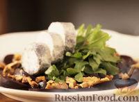 Фото к рецепту: Салат со свеклой и козьим сыром