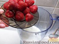 Фото приготовления рецепта: Клубнично-коньячный смузи - шаг №2