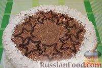 Фото приготовления рецепта: Бисквитный торт со сливочным кремом и бананами - шаг №11