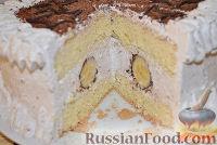 Фото приготовления рецепта: Бисквитный торт со сливочным кремом и бананами - шаг №12