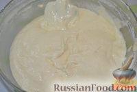 Фото приготовления рецепта: Бисквитный торт со сливочным кремом и бананами - шаг №4