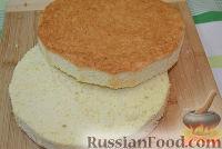Фото приготовления рецепта: Бисквитный торт со сливочным кремом и бананами - шаг №5