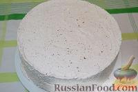 Фото приготовления рецепта: Бисквитный торт со сливочным кремом и бананами - шаг №9
