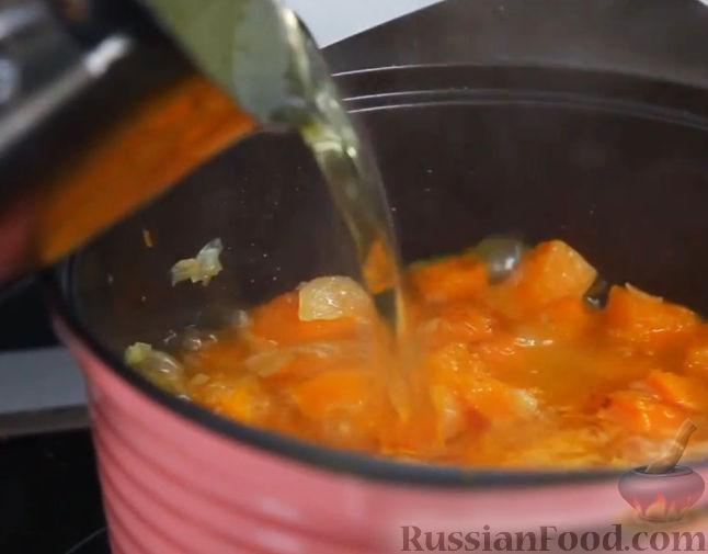 Фото приготовления рецепта: Слоёный салат с крабовыми палочками, ветчиной, плавленым сыром и яблоком - шаг №11
